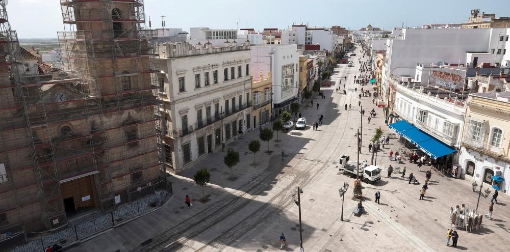 Tramvajová trať v San Fernandu na snímku z roku 2011. Na tomto náměstí byla dříve trolejbusová smyčka. (foto: Agencia de Obra Pública de la Junta de Andalucía)