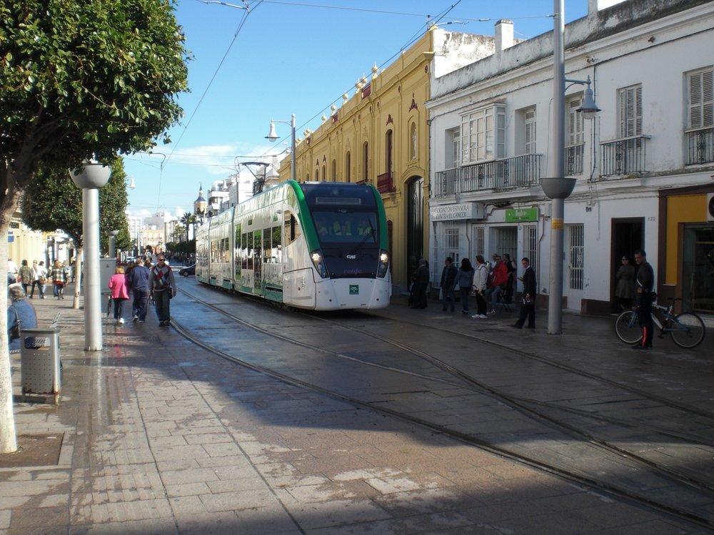 Na hlavní sanfernandské ulici je trať jednokolejná s výhybnami. (foto: Agencia de Obra Pública de la Junta de Andalucía)