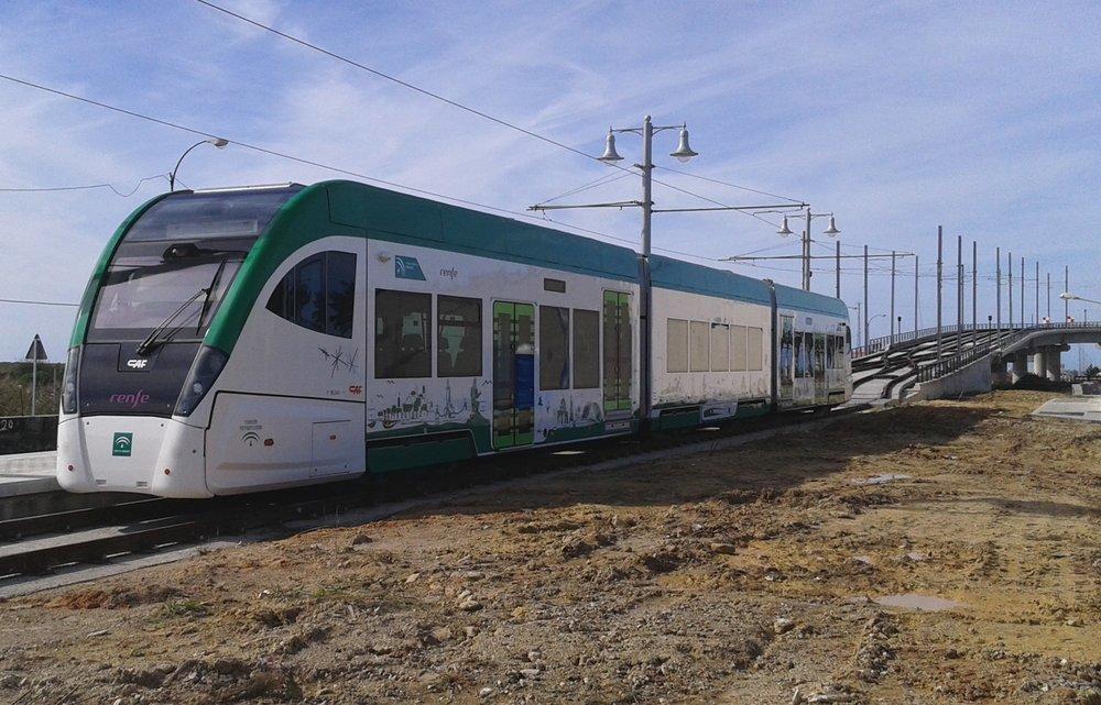 V oblasti Nudo de la Ardilla (San Fernando). Trať stoupá nahoru, aby se pak koleje dělily a napojily do trati železniční. (foto: Agencia de Obra Pública de la Junta de Andalucía)