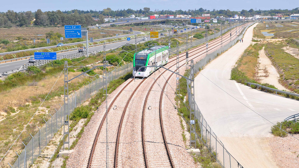 Elektrizaci sítě tramvajových úseků vlakotramvaje zajistil portugalský podnik Efacec. Napětí v troleji bude 750 V DC, na železničním úseku je pak 3 kV DC. Na snímku meziměstských úsek San Fernando – Chilcana de la Frontera. (foto: Efacec)