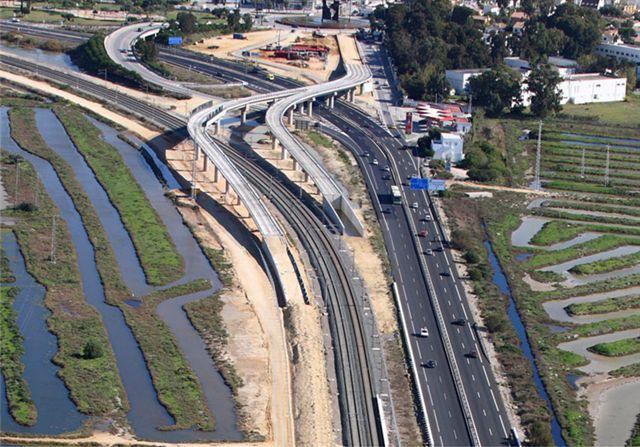 Z výstavby tramvajové trati v lokalitě Río Ardillo. Tramvajové koleje jsou dnes položeny, ale do těch železničních se dosud nenapojují. (foto: Agencia de Obra Pública de la Junta de Andalucía)