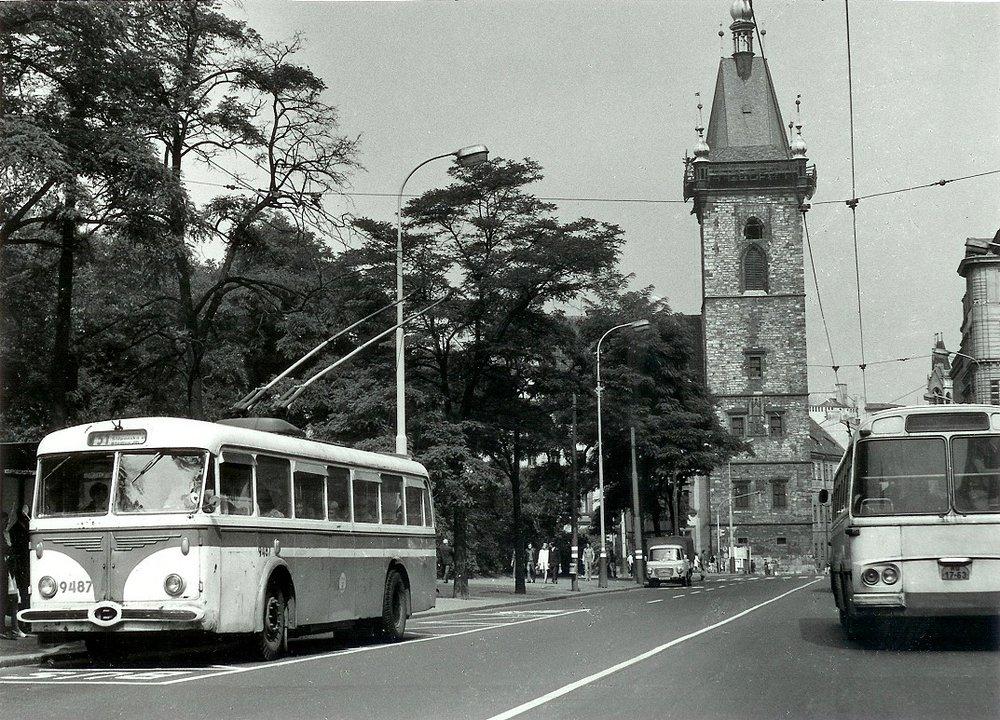Trolejbusy se s Prahou rozloučily v říjnu 1972. Nyní by se měly ve své modernější podobě do ulic města zase vrátit (oficiálně nazývané coby dynamicky nabíjené elektrobusy). Podaří-li se naplnit plán výstavby v průběhu dvou měsíců, bylo by možné teoreticky dokončit stavbu trolejbusové trati přesně po 45 letech od zrušení trolejbusů ve městě.Historická chyba by byla napravena. (sbírka: Tomáš Dvořák)