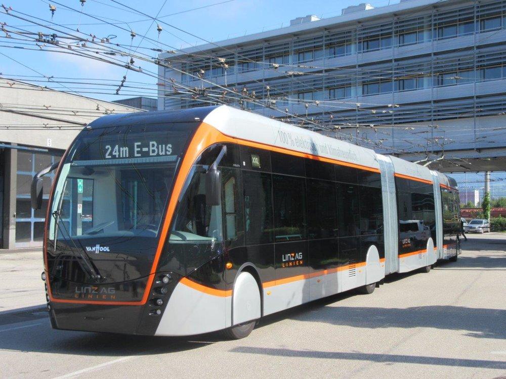 24,6 m - tolik budou mít na délku všechny trolejbusy dodané do Linze od společnosti Van Hool. Na snímku je první do Linze dodaný vůz budoucího ev. č. 222. (foto: Gunter Mackinger)