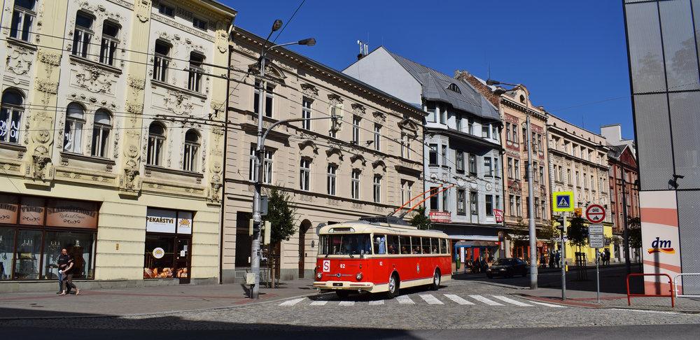 Trolejbus 9 Tr nedaleko mostu Miloše Sýkory. (foto: Petr Bystroň)