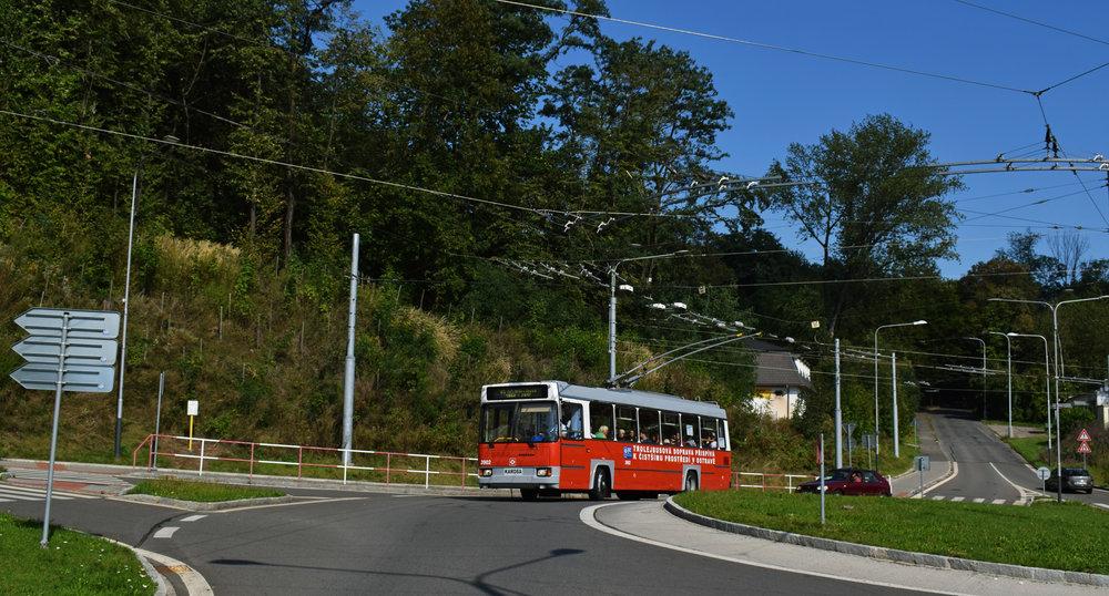 """""""Trolejbusová doprava přispívá k čistšímu prostředí v Ostravě""""– nebo to již neplatí? V pravé části snímku vidíme silnici vedoucí na Františkov a právě tudy se už dlouhou dobu plánuje zřízení trolejbusové trati, o čemž svědčí i zatím nevyužívané výhybky nad zobrazeným kruhovým objezdem. Nutná je ovšem částečná rekonstrukce stoupajícíkomunikace a dokončení nezbytné trolejbusové infrastruktury, obojí je nicméně stále v nedohlednu, ačkoli se nejedná o nijak dlouhý úsek.(foto: Petr Bystroň)"""