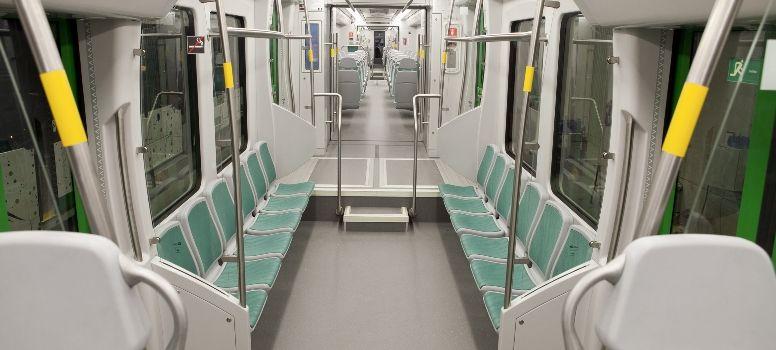 Interiér dvousystémových vozidel je poněkud jiný, než známe u většiny klasických tramvají dnešní doby. Maximální kapacita udávanápro pohodlnou přepravu je 215 osob, z toho 84 sedících. (foto: CAF)