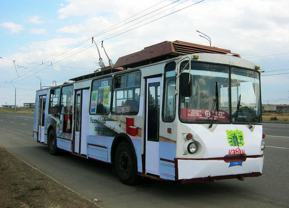 Snímek z roku 2016 ukazuje trolejbus typu VZТМ-5284 ev. č. 208 na tehdy ještě neúplnétrati do Kaspijsku.(foto: Alim Kazimagomedov)