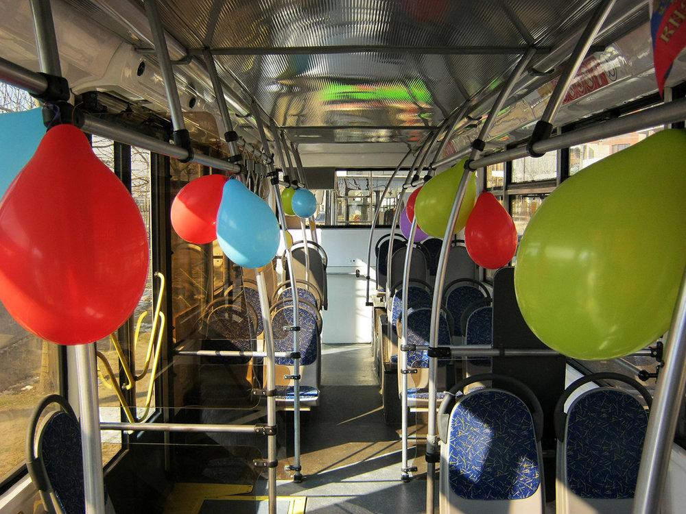 Takto slavnostně byl vyzdoben trolejbus Trolza-5265.00 «Megapolis». Jelikož cestujících bylo první den provozu mnoho, někteří z nich se po cestě, jak ukázala i jedna reportáž místní televizní stanice,o balónky mlátili hlavami.(foto: Alim Kazimagomedov)