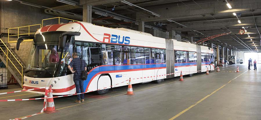 """Švýcarský výrobce Hess nepatří mezi levné výrobce, takže ani tento trolejbus nenabízí """"za hubičku"""":cena takovéhoto protáhlého vozidla bez započtení DPH šplhá nad 35 milionů korun. (foto: tl)"""