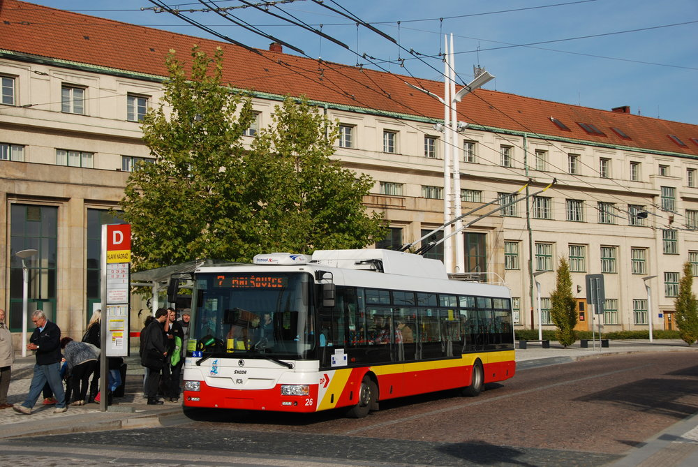 Vozový park trolejbusů v Hradci Králové je tvořen výhradně trolejbusy Škoda 30 a 31 Tr. Kratších vozů má dopravce k dispozici 18, z toho dva s dieselagregátem. Příští rok přibude devět dalších trolejbusů s bateriemi. (foto: Libor Hinčica)