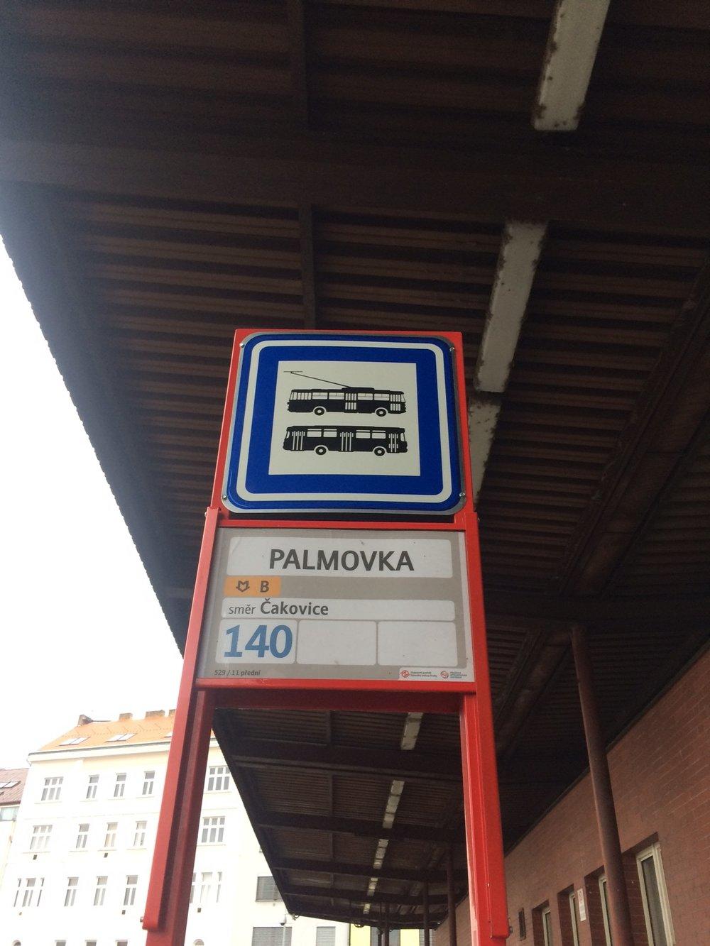 Symbol trolejbusu nechybí ani na zastávkách. (foto: Libor Hinčica)
