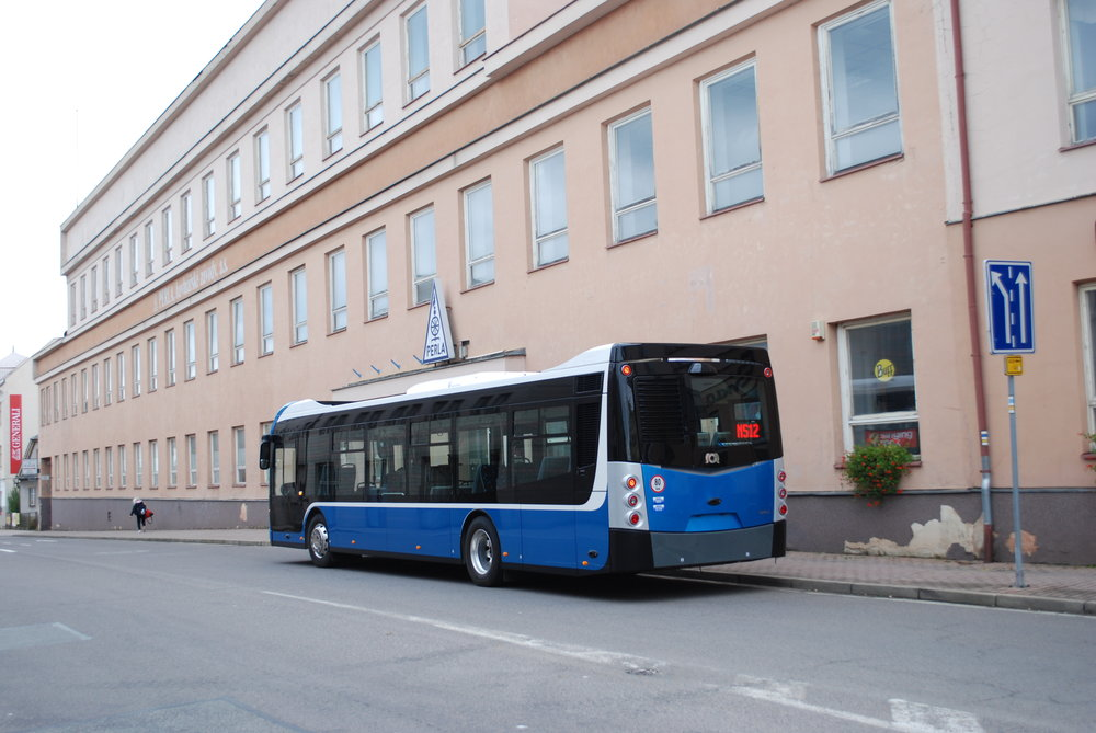 Pohled na dieselový vůz zezadu. Patrné je menší okno v porovnání s elektrobusem ENS 12. (foto: Libor Hinčica)