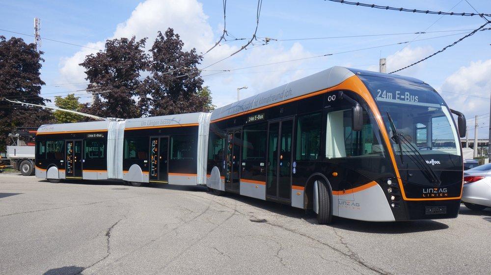 Obsáhlý příspěvek je věnován trolejbusům Van Hool Exqui.City 24T pro rakouský Linec. (foto: LINZ AG)