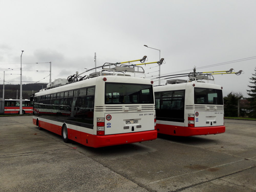 Tyto dva trolejbusy jsou totiž společným výrobkem firmy SOR Libchavy a RAIL ELECTRONICS CZ. Jde o typ SOR TNB 12. Pro laika jsou však vozy na první pohled nerozeznatelné od vozidel vyrobených v kooperaci se Škodovkou.