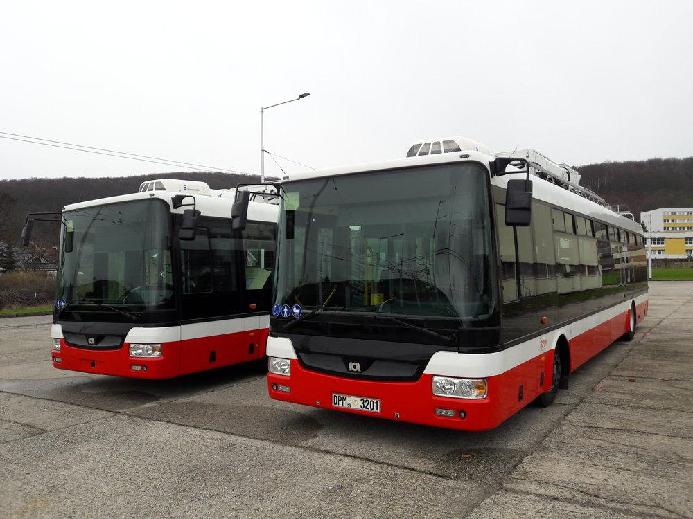Parciální trolejbusy SOR TNB 12 na snímku z 19. 11. 2017. Vozy byly zkompletovány v první polovině tohoto roku přímo v Banské Bystrici. Tisková zpráva dopravce na počátku roku 2017 uváděla, že by se měly dostat do provozu někdy v červenci nebo srpnu 2017, což se však nestalo, a zatím se vozy zkoušejí pouze ve vozovně.