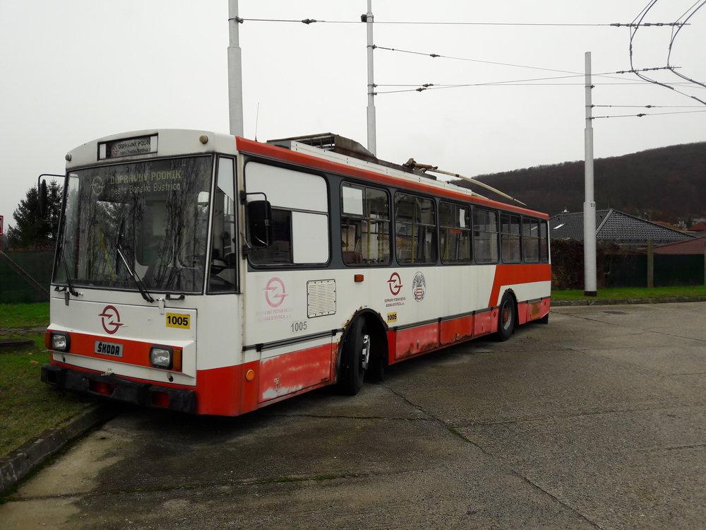 """Trolejbus ev. č. 1005 si už v Banské Bystrici """"neškrtne"""". Byl totiž vyřazen. Dodejme, že na konci 80. let došlo do Banské Bystrice celkem 7 trolejbusů 14 Tr."""