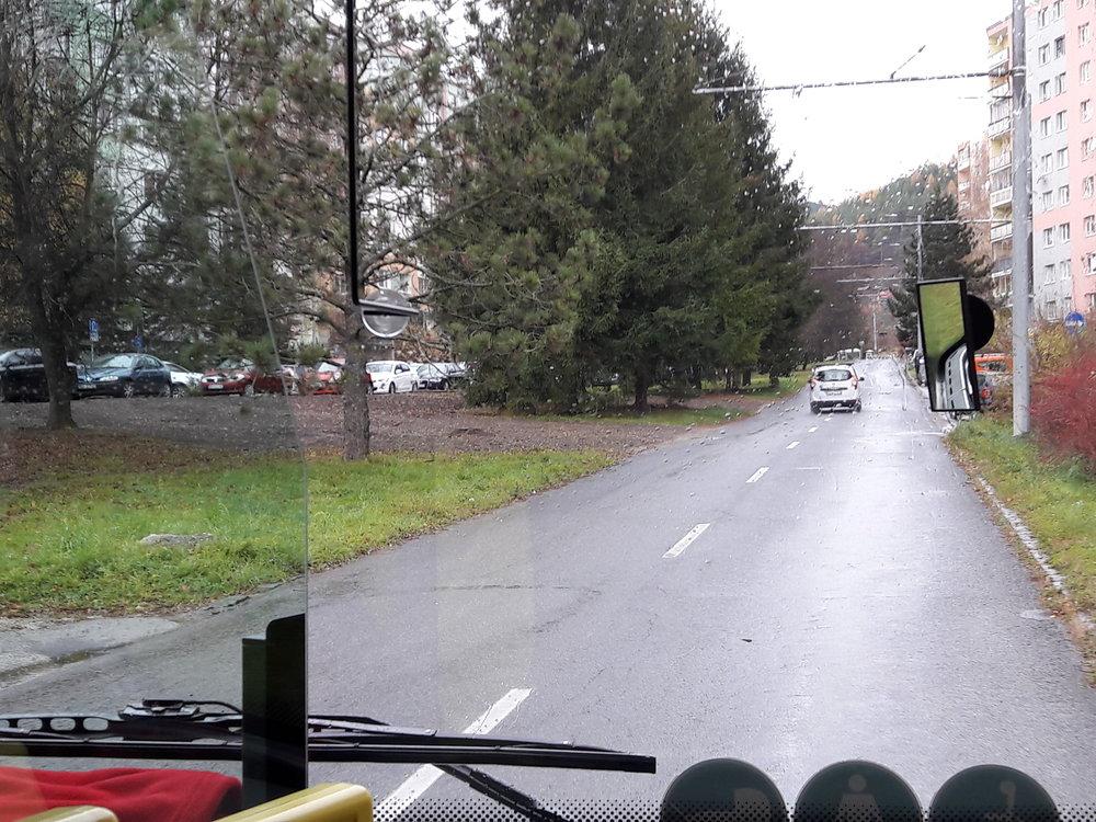 Cestování trolejbusem po ulicích Banské Bystrice má své kouzlo. Zde jednostopá trať po ulici Tulská(na snímku).