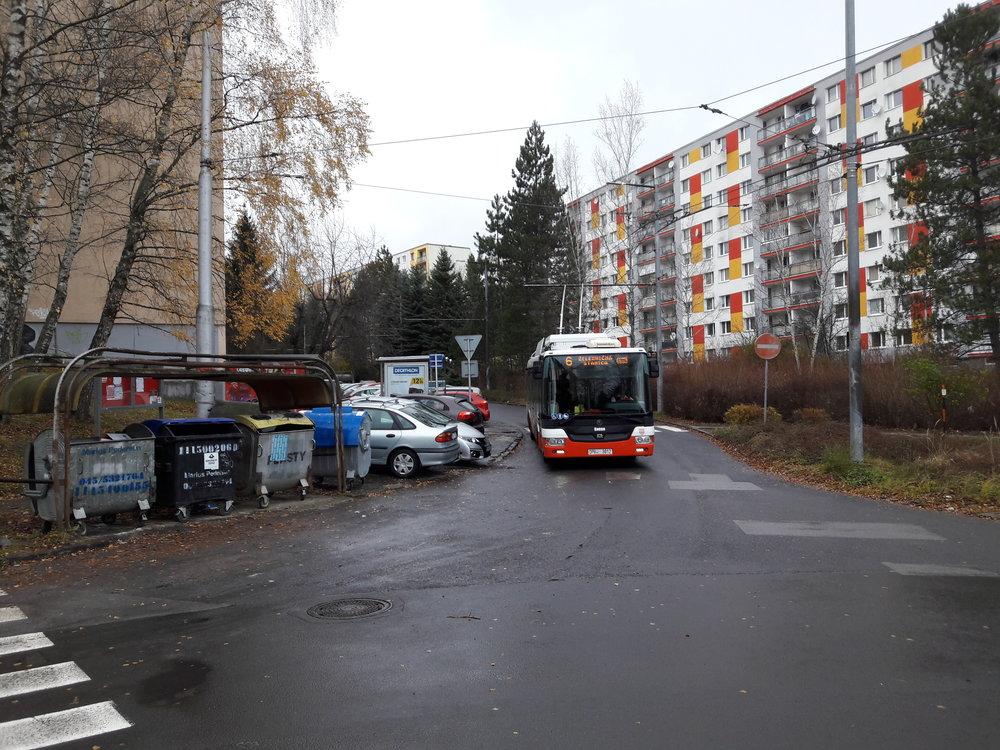 Trolejbus vyjíždí ze zastávky Moskovská.