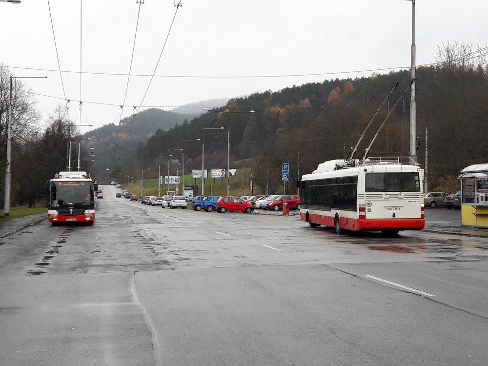Dva trolejbusy na konečnéRooseveltova nemocnica v chladném nedělním dopoledni.