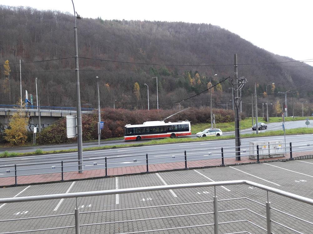 Trolejbus uhání po Štefánikově nábřeží směrem k nádraží.