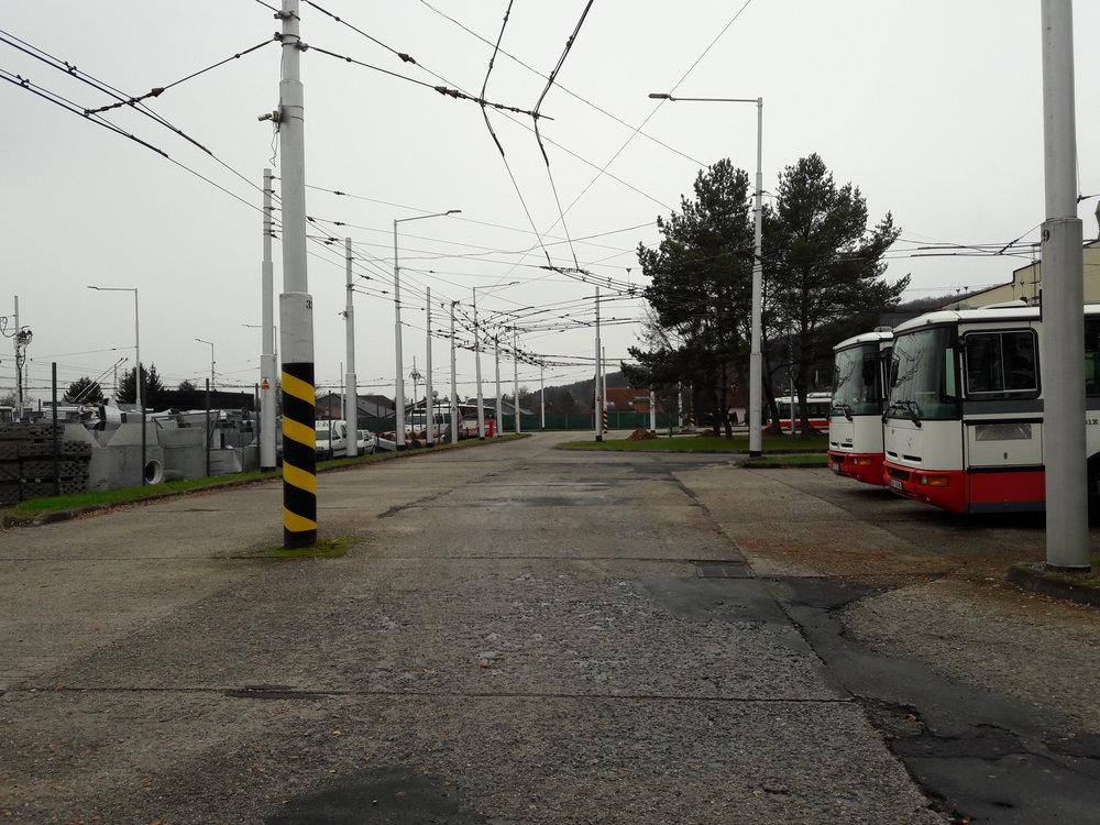 Vpravo vzadu dva nové trolejbusy.