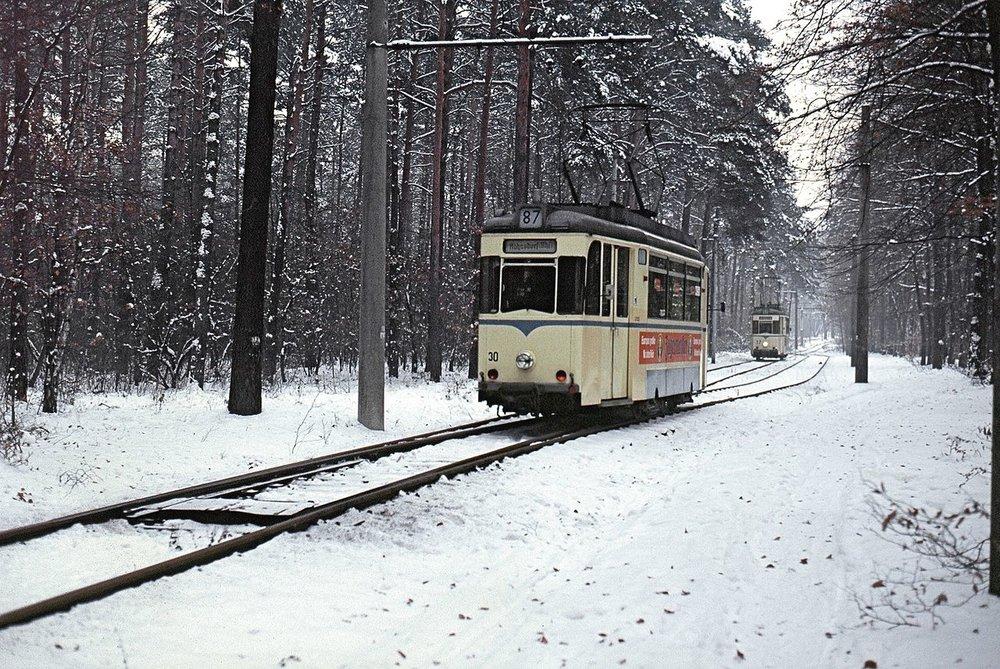 Výhybna Waldweiche byla zřízena na okraje lesa Köpenick v roce 1954. Právě zde probíhaly kontroly cestujících v tramvajích směrujících z Woltersdorfu k nádraží Rahnsdorf. (zdroj: Wikipedia.de)