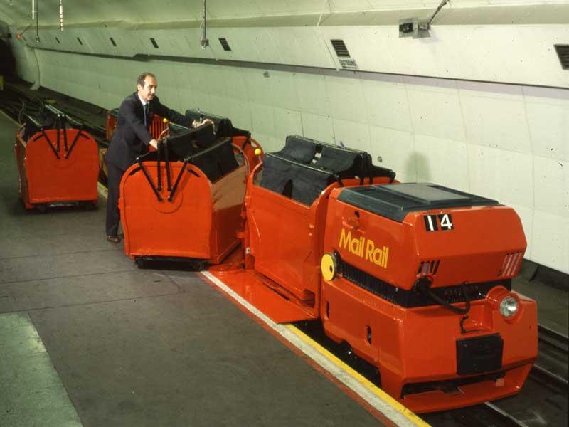V podzemí se vystřídalo několik generací automatických lokomotiv a vozů. (sbírka: The Postal Museum)