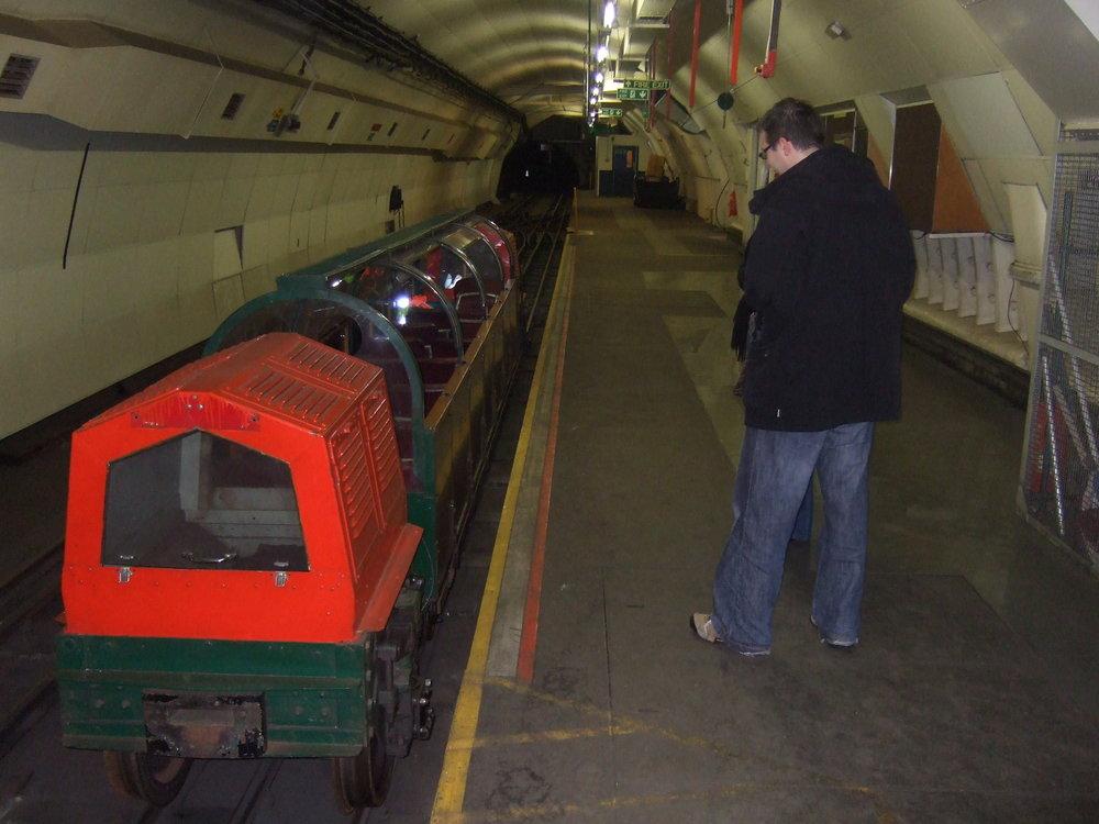 """Upravený vláček pro přepravu pasažérů na části trasy """"poštovního metra"""". (zdroj: Wikipedia.org)"""