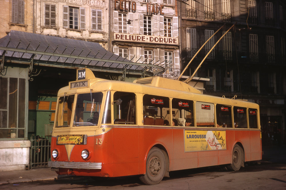 """Jean-Henri Manara je jedním z pamětníků doby, kdy francouzská města brázdily trolejbusy značky VETRA. Roku 1964 zvěčnil jmenovaný pán trolejbus typu VBRh ev. č. 13 na konečné při marseillském náměstí Gabriel Péri. Město Marseille mělo jednak svou vlastní síť, ale zároveň bylo propojeno trolejbusovou tratí se sousedním městem Aix-en-Provence (zkráceně """"Aix"""", čti """"ekz""""), a to v letech 1948–1965. Právě typ VBRh byl jediný, který byl pro tuto trať pořízen. (foto: Jean-Henri Manara)"""