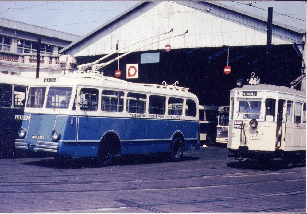 Vozy typu O.T.M. 2 byly během svého života rekonstruovány. Na snímku vůz ev. č. 304 (ex-TB 4)v marseillskévozovněSt.-Pierre. (foto:Don de Noël Mailliary / sbírka Rolanda le Corffa)