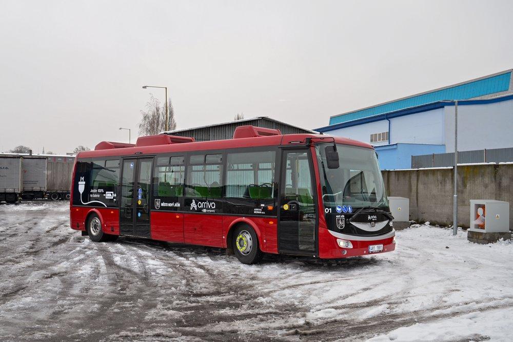 Elektrobus SOR EBN 9,5 pro Nový Jičín v líbivém tmavě červeném nátěru.(foto: redakce)