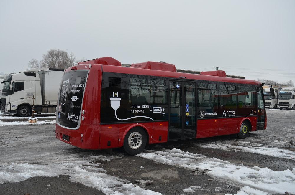 Pohled zezadu na elektrobus od SORu pro Nový Jičín. (foto: redakce)