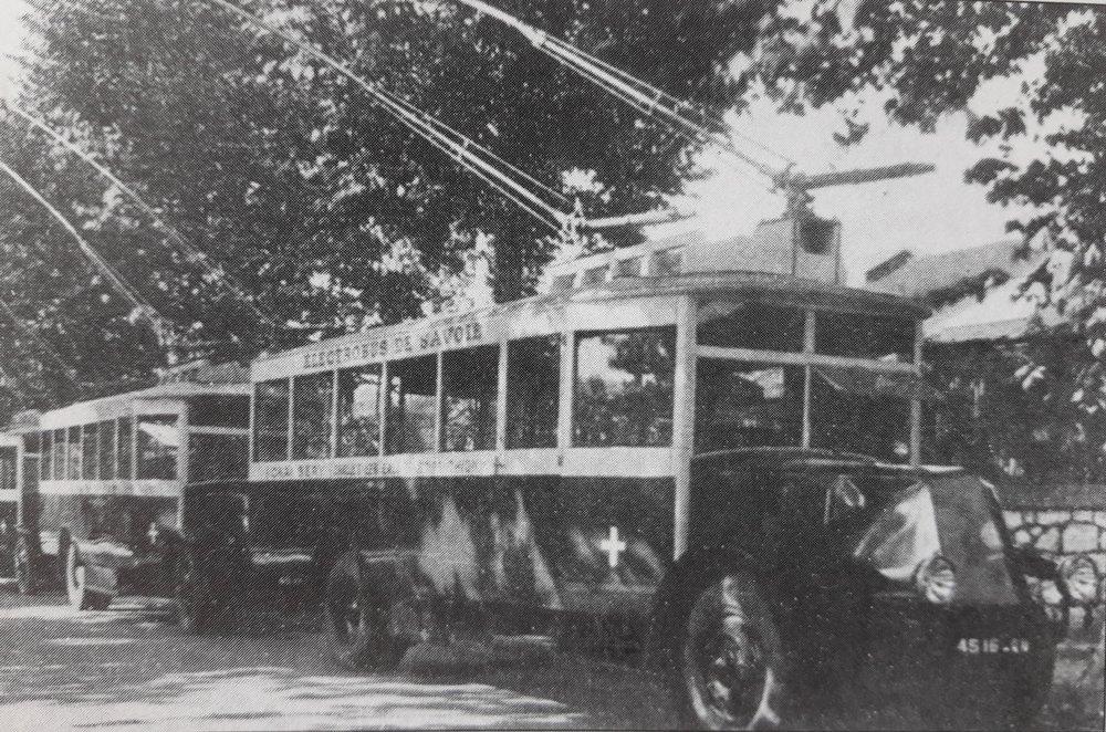Vozy O.T.S.C. se seřadily dne 10. října 1930 podél třídy Avenue de la Boisse ve městě Chambéry. (foto: VETRA / archiv G. Mullera)