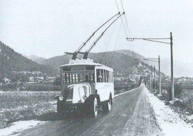 Trolejbus typu O.T.M 2 ze směru Cuges-les-Pins míří k Aubagne. (foto: VETRA / sbírka G. Mullera)