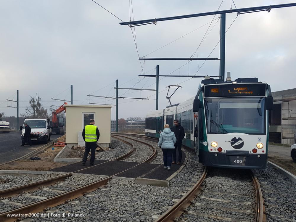 Prototyp tramvaje Siemens Combino ev. č. 400 je jediným obousměrným vozem v provozu v Postupimi. Na snímku je zachycen během jedné ze zkoušek na novou smyčku Campus Jungfernsee. (E. Pujanek, www.tram2000.de)