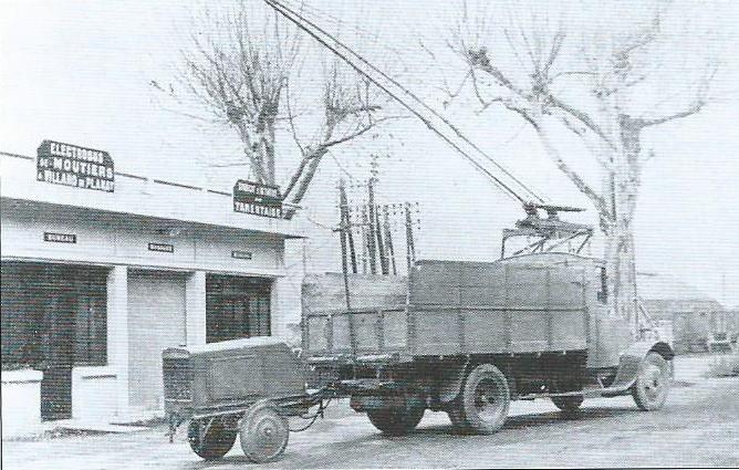 Doprava ze závodů ležících v údolí Doron de Bozel k moûtierskému nádraží společnosti Compagnie des Chemins de fer de Paris à Lyon et à la Méditerranée probíhala s pomocí čtyř elektrických trolejových nákladních vozů. Po areálech závodů se mohly tyto vozy, zvané kamiony, pohybovat s pomocí přípojného vozíku, který plnil roli agregátu vyrábějícího elektrický proud.(foto: Le Véhicule Électrique)