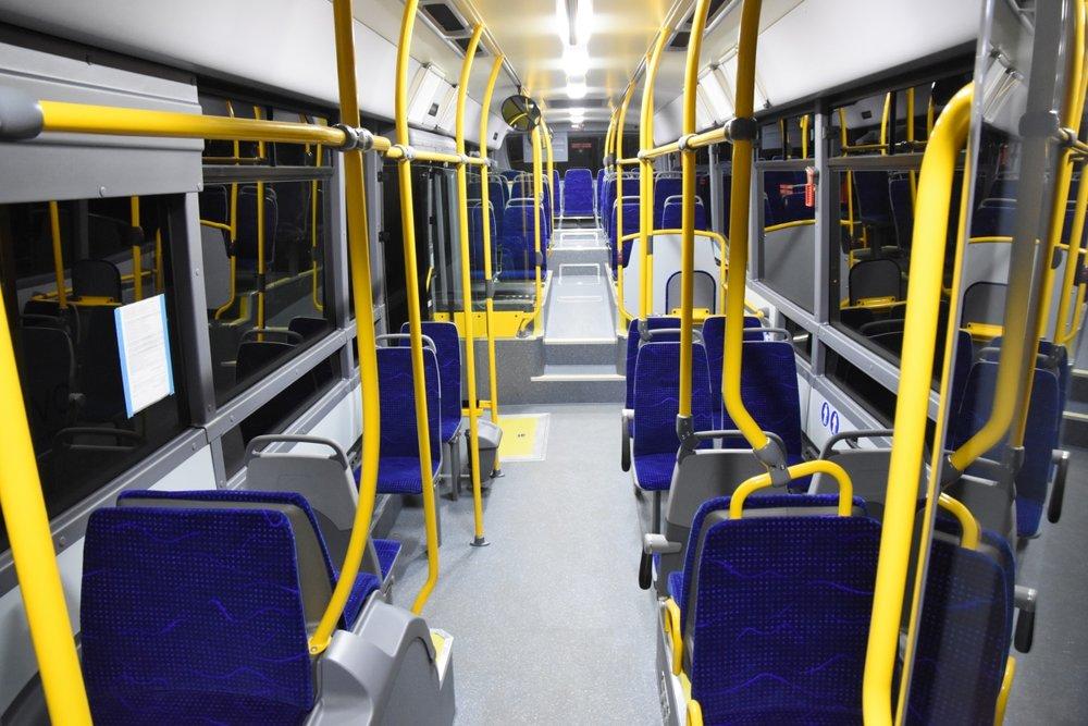 Pohled do interiéru autobusu Crossway LE CITY pro MHD v Přerově. V přední části vozu chybí obvyklé podesty a ze snímku je patrné i dodatečné prodloužení bočních oken. (foto: Miroslav Halász)