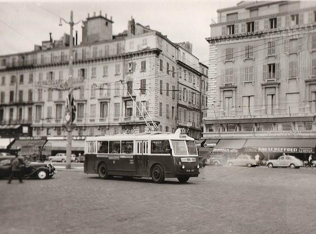 Trolejbus typu CB 60 ev. č 2 na lince 63 na marseillském dopravním uzlu Quai des Belges v září 1954. (foto: Jean Capolini)