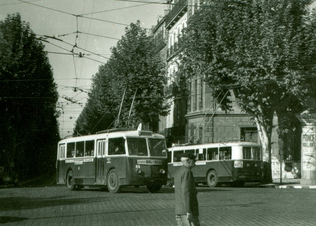 Další snímek z roku 1954. Tentokrát vidíme marseillský trolejbus ev. č. 46 na lince 81 směřující na konečnou Longchamp. (foto: Jean Capolini)