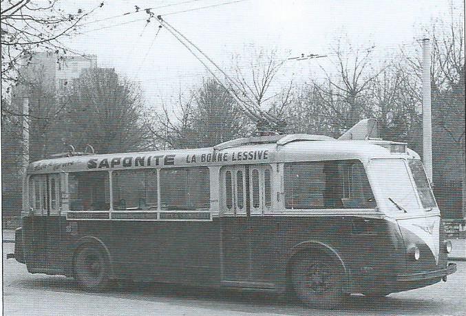 """Vozy CS 60 pro Paříž měly """"batoh"""" v podobě kufru na zádi, který ukrýval pomocný pohonný agregát. První vozy byly dodávány s dvoudílnými zadními dveřmi, další již měly obojí dveře čtyřdílné.(foto: VETRA / archiv G. Mullera)"""