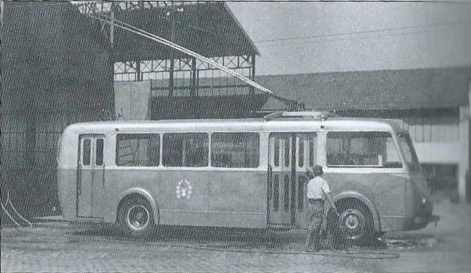 I trolejbusy musí občas na očistu. Zde snímek z limožské vozovny s vozem typu CB 55. (foto: CTEL / archiv G. Mullera)