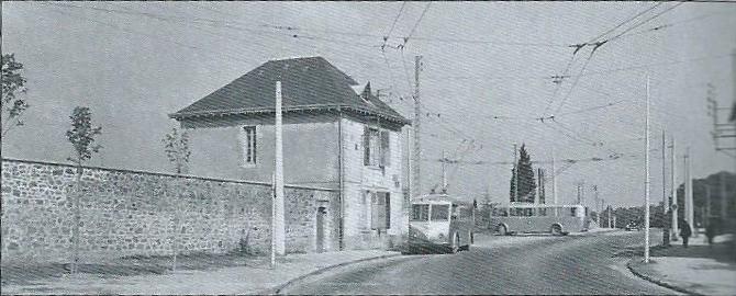 Limožský hřbitov Louyat je jedním z největších ve Francii. U jeho bran byla zřízena konečná La Bastide a na snímku z roku 1953 na ní vidíme dva vozy typu CB 60. (foto: archiv G. Mullera)