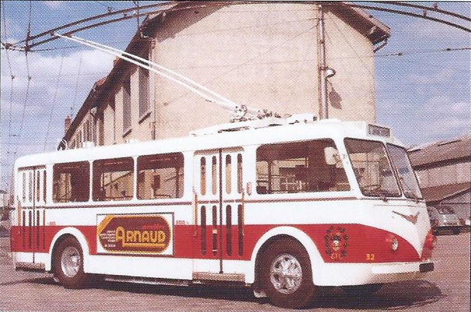 V 70. letech rozhodl dopravce CTL (Compagnie des Trolleybus de Limoges;, později STCL, dnes STCLM)o tom, že budou jeho trolejbusy, při příležitosti zavádění samoobslužného odbavování,omlazeny. Na snímku vidíme čerstvě generálkovaný vůz ev. č. 32 po vyjetí z limožského depa. (foto: STCL / archiv G. Mullera)