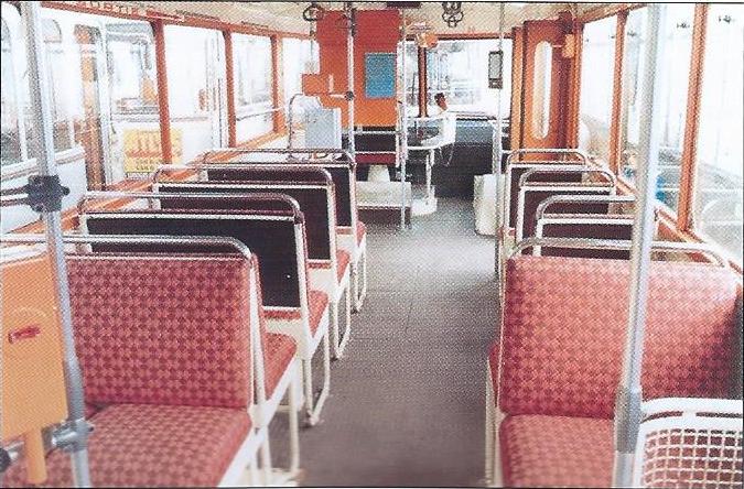 Kromě nového laku (namísto původního s šedou metalízou)si cestující v omlazených limožských vozech CB 60 museli povšimnout i sedadel čalouněných látkou namísto původní koženkou. (foto: G. Muller)