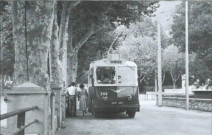 Smyčka v Gémenos na snímku z roku 1955, na kterém pózuje vůz ev. č. 306. (foto: J-B. Prudhommeaux /sbírka Amtuir)