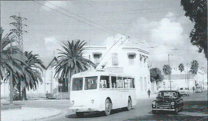 Tuniský trolejbus VETRA CB 45 se na lince č. 8 vrací do centra. Fotografie je z roku 1957. (foto: J. Wiseman)