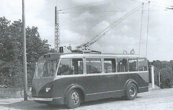 Tento vůz typu CS 35 působící v Poitiers pod ev. č. 21 byl vyroben o něco později než předchozívozy téhož typu a je spíše podobný typu CB 40, což pak vedlo mezi odborníky k neshodám ve věci jeho správného označení. (foto: VETRA / archiv G. Mullera)