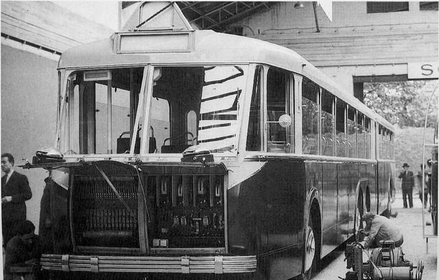 """Trolejbus VA 4 SR byl představen na Pařížském autosalonu v říjnu 1950. Na prezentační kartě již bylo tehdy napsáno, že poputuje do Alžíru. (foto:Jean-Gabriel Jeudy, repro z knihy """"Camions de France"""", svazek 1)"""