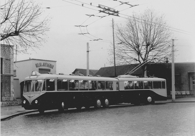 Článkový trolejbus Vetry jednoduše vzbuzoval respekt. Hnací nápravy byly prostřední. Povšimněte si, že pro spojení obou článků nebylo použito klasických měchů. (foto: sbírka Rolanda le Corffa)