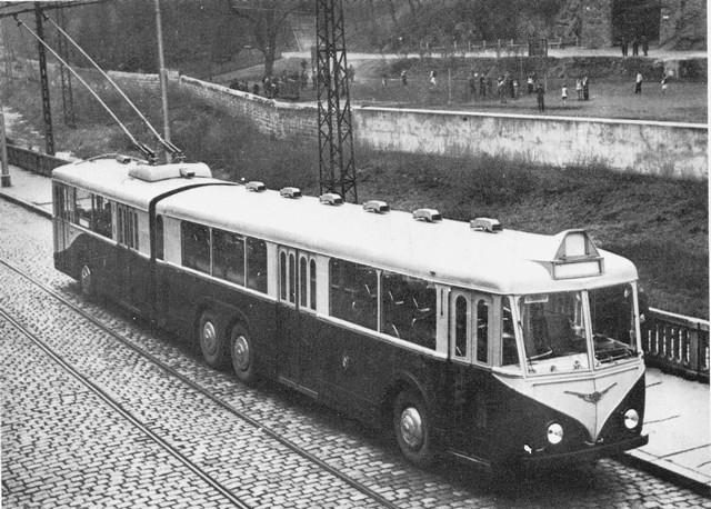 """Tento snímek jsme již publikovali v úvodním díle našeho seriálu. (sbírka A. Presle / repro z knihy """"Les trolleybus français"""")"""